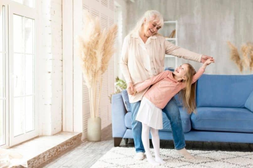 nina divirtiéndose con su abuela