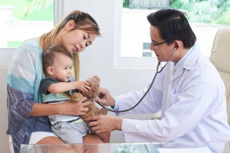 bebe con un medico visita rutinaria de madre castradora