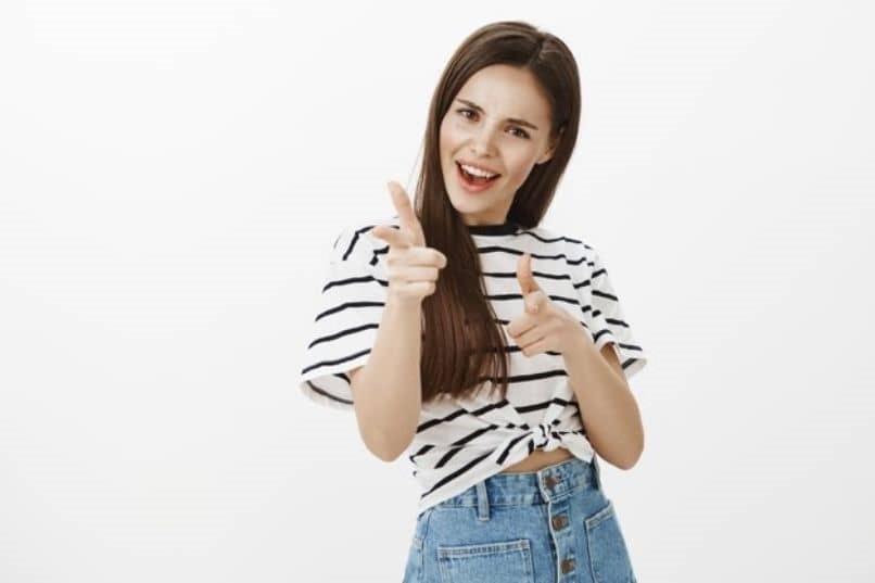chica emocionada por las ventajas de la keratina brasilena