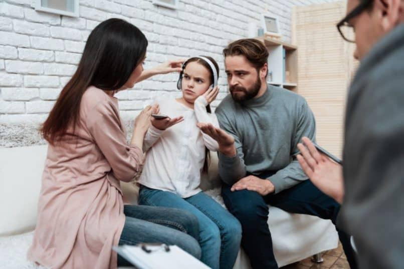padres castigando a su hija