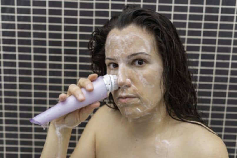 chica exfoliando su piel con acido salicilico