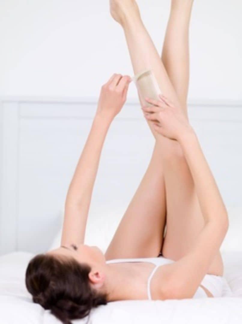 chica joven depila piernas cera depilatoria casera