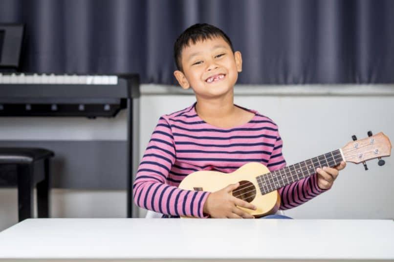 un nino talentoso tocando un instrumento