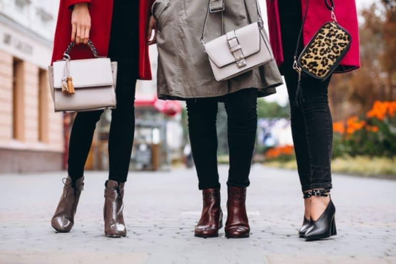 chicas con diferentes oufits combinando sus bolsas