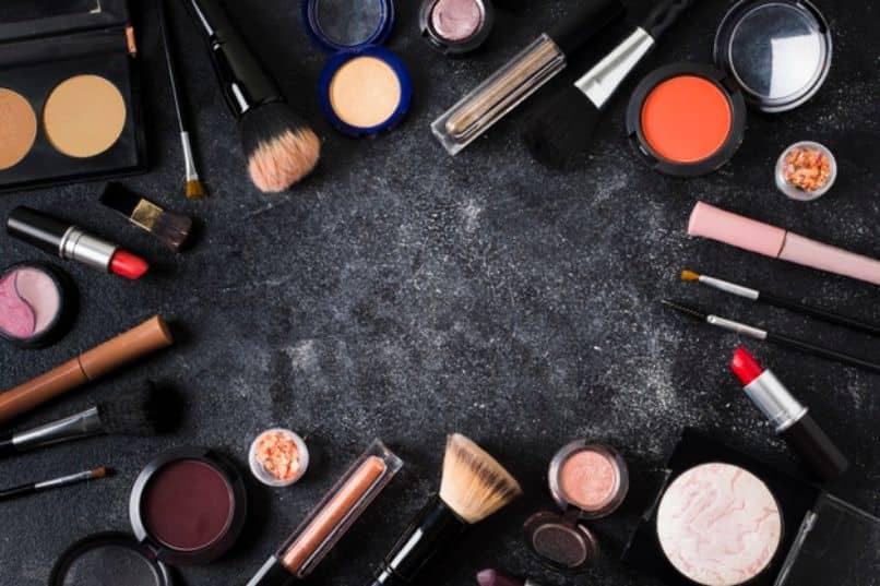 muchos productos de maquillaje