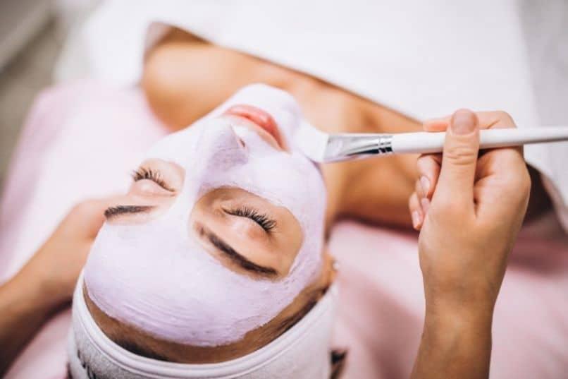 aplicacion de mascarilla o peeling facial en una estetica