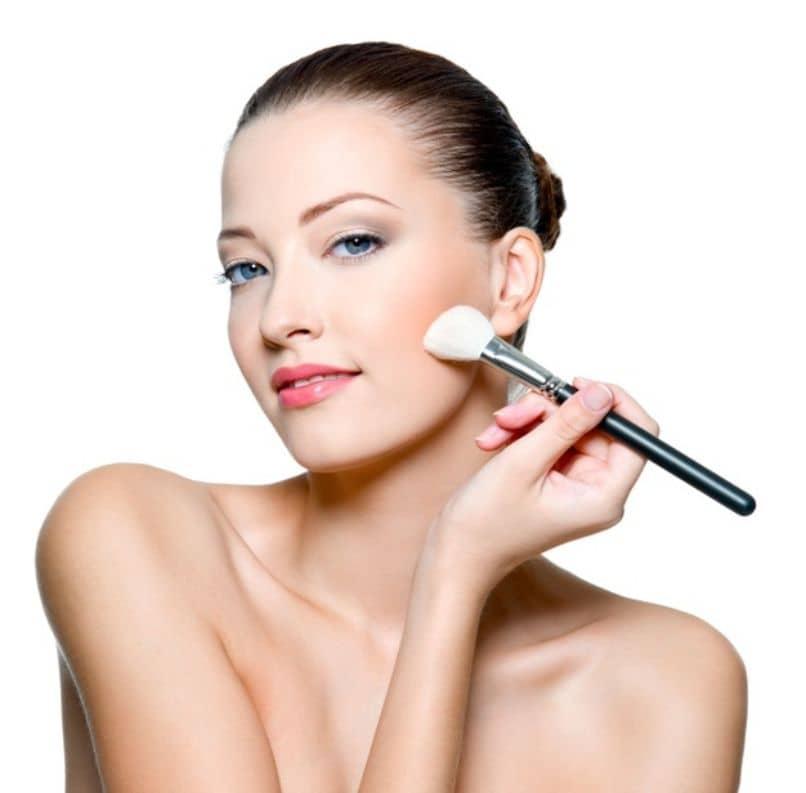 chica aplicando maquillaje despues de preparar su rostro