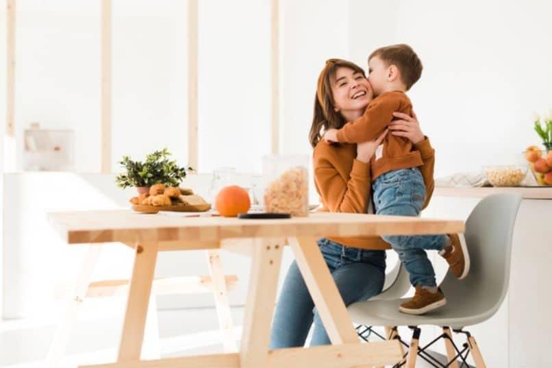 madre e hijo felices por su aprendizaje