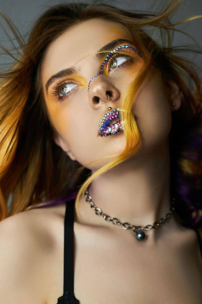 mujea saber con creativo maquillaje de purpurin que sirve para quitar el esmalte de unas de glitter