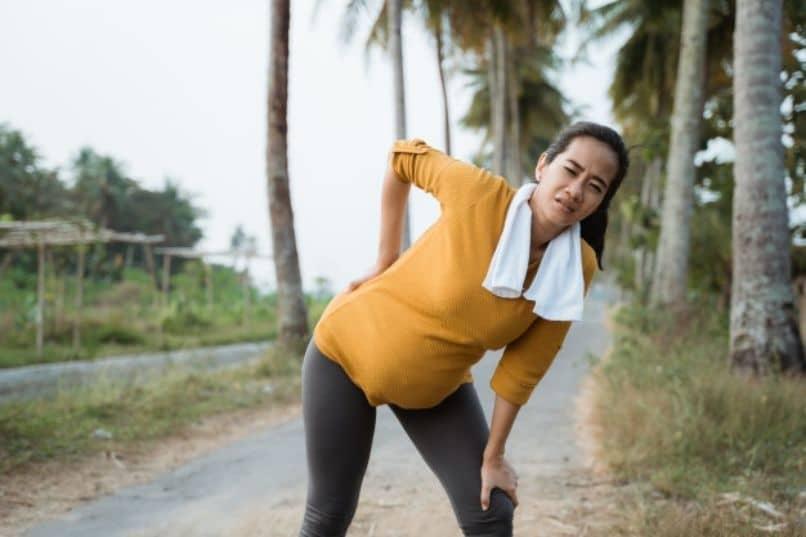 embarazada haciendo rutina de ejercicios