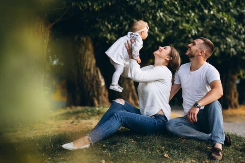 padres con su hija sentados disfrutando
