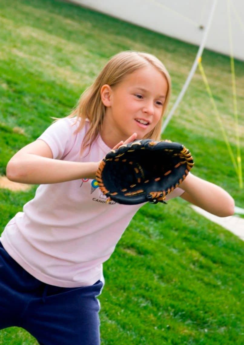 nina jugando y practicando un deporte