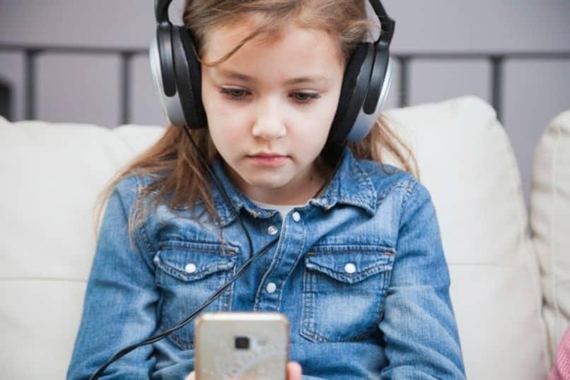 nina escuchando musica muy inteligente para su edad superdotado