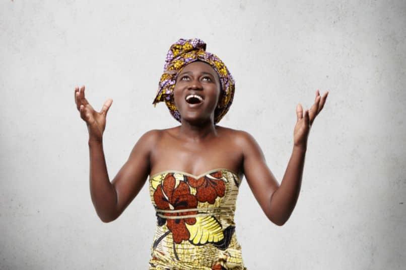 mujer africana con recogido de cabello por panoleta alta